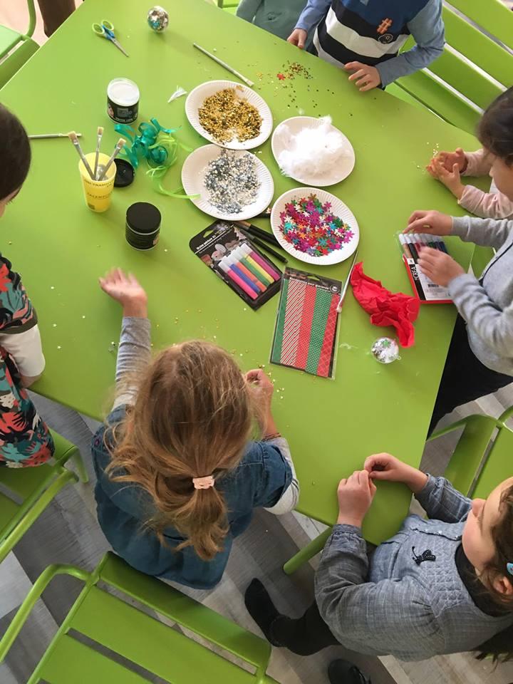 Retour en images sur le goûter Lire & délire - les enfants fabriquent des boules de Noël